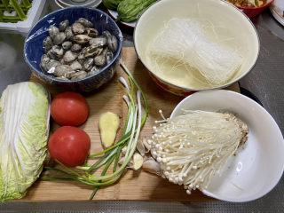 花甲粉丝➕花甲粉丝煲,食材合照:花甲一斤,绿豆粉丝一把,娃娃菜一颗,番茄两个,金针菇一把,小葱四根,蒜五瓣,姜一块