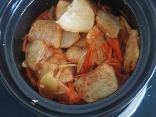 锅包土豆片,快速翻炒