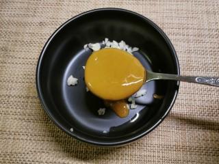凉拌油麦菜,放入芝麻酱。