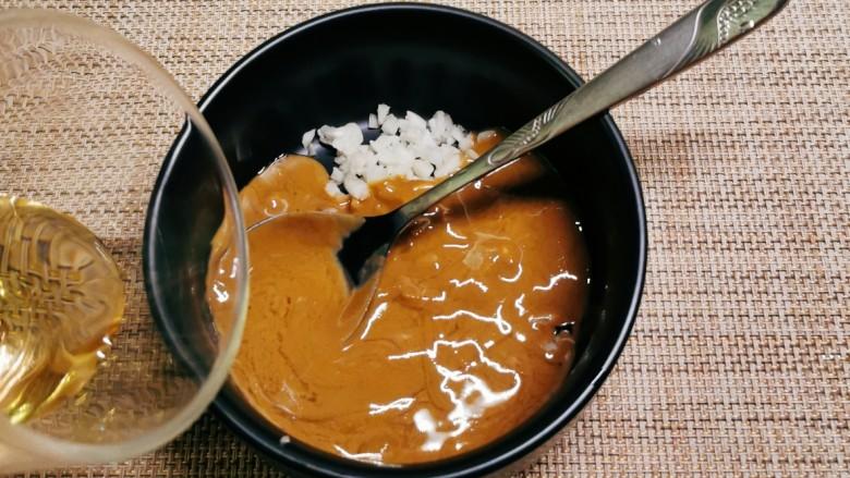 凉拌油麦菜,倒入适量清水将芝麻酱稀释。