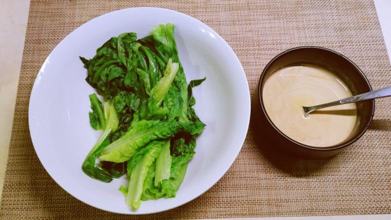 凉拌油麦菜,控干水分。