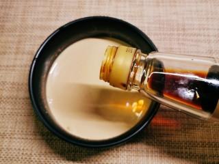 凉拌油麦菜,倒入酱油。