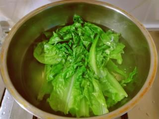 凉拌油麦菜,放入沸水中,汆烫捞出。