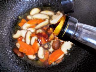 香菇炒鸡蛋,倒入酱油。