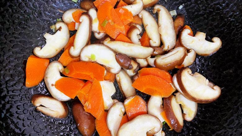 香菇炒鸡蛋,接着再继续翻炒,可以加入一点点清水。
