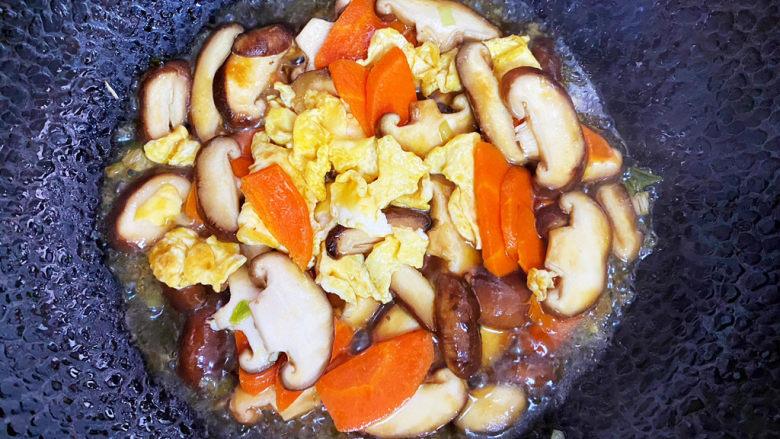 香菇炒鸡蛋,最后倒入鸡蛋翻炒均匀。