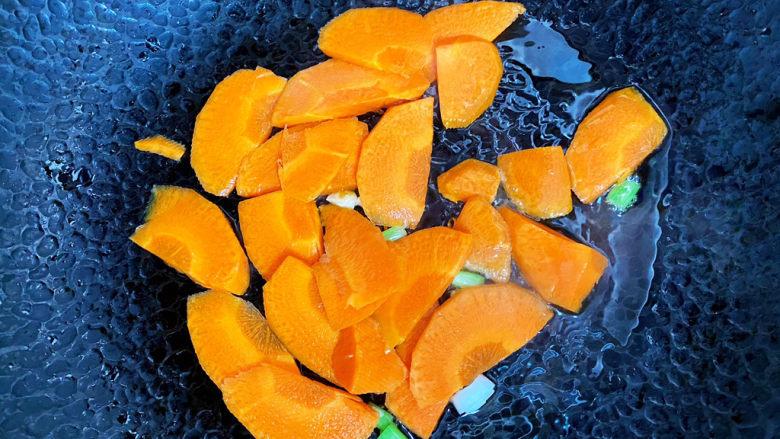 香菇炒鸡蛋,接着倒入胡萝卜翻炒一会。