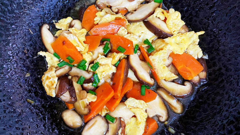 香菇炒鸡蛋,最后撒上葱花。