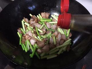 蒜苔回锅肉,来点生抽