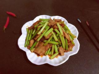 蒜苔回锅肉,装盘上桌,美味就是这么简单😋