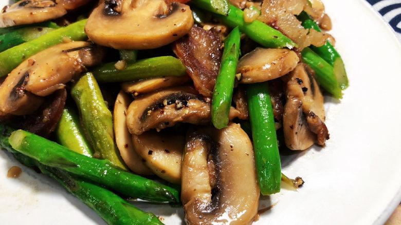 芦笋炒蘑菇➕芦笋蘑菇炒香肠,这道小菜,快手简单,芦笋脆嫩,口蘑滑嫩,搭配香肠,营养更丰富,感兴趣的小伙伴们快来试试吧😄