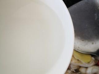 蛏子炒鸡蛋,放适量清水