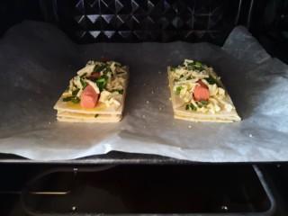 热狗酥,放进预热好的烤箱,上下火200度烤15分钟