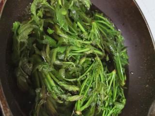 香椿炒蛋,烫至变色变绿