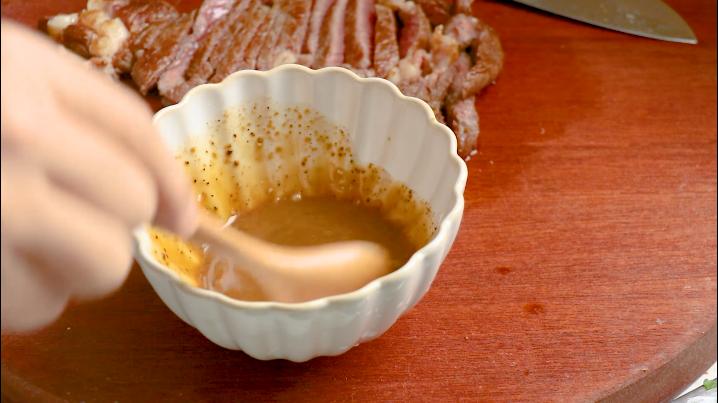 黑椒牛肉意面,适量清水搅拌均匀