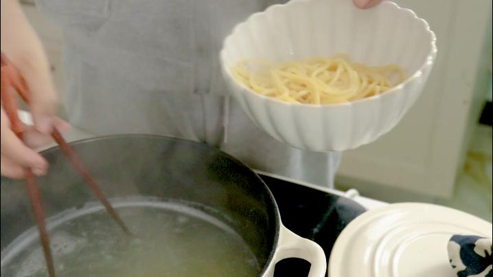 黑椒牛肉意面,放一点橄榄油和盐 ,煮熟后捞出备用