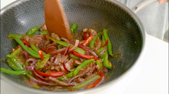 黑椒牛肉意面,放入煮好的意面