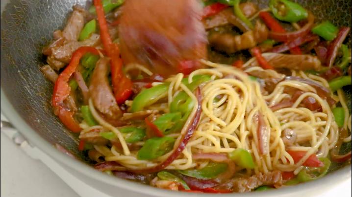 黑椒牛肉意面,放入酱汁翻炒均匀即可出锅
