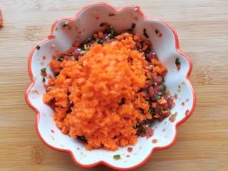 脆皮牛肉包,放入胡萝卜,香菇碎搅拌均匀待用