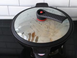 香煎孜然鸡块,盖上锅盖小火慢慢煎至。