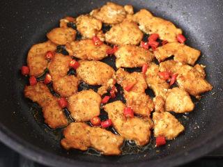 香煎孜然鸡块,两面金黄色的时候,撒上小米辣和孜然粒,翻拌均匀即可关火。
