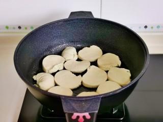 红 烧 素 鸡,起油锅,摆入素鸡小火煎。