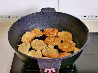 红 烧 素 鸡,煎至两面金黄盛出备用。