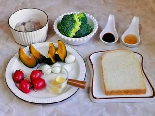 什锦虾仁,准备食材,鹌鹑蛋,南瓜提前蒸熟,吐司切丁。