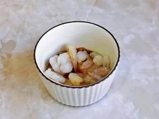 什锦虾仁,虾仁处理好后加入料酒,生抽抓拌均匀腌制。