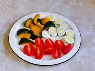什锦虾仁,南瓜切小块,鹌鹑蛋,樱桃番茄一切二。