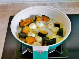 什锦虾仁,不粘锅中刷油,放入南瓜,鹌鹑蛋煎至微黄盛出备用。