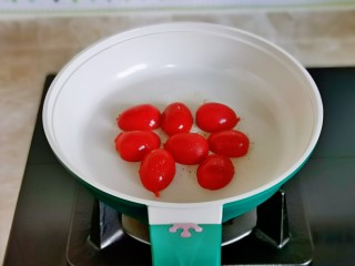 什锦虾仁,小番茄煎1分钟盛出备用。