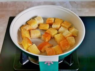 什锦虾仁,小火煎至金黄。