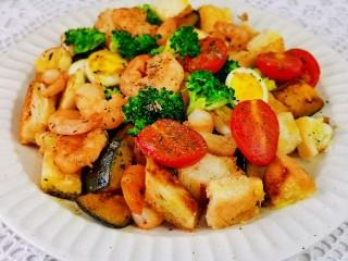 什锦虾仁,装盘即可食用。