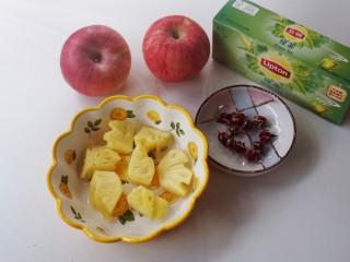 一款疏肝理气,适合春天喝的花茶~玫瑰苹果花茶,苹果表面用盐搓洗干净,菠萝🍍切小块(水果可选自己喜欢的)红枣切小块(忘了拍照),准备养生壶