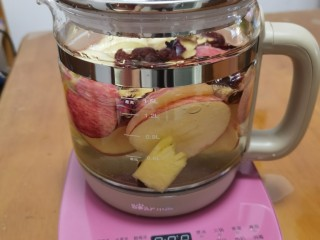 """一款疏肝理气,适合春天喝的花茶~玫瑰苹果花茶, 调至""""水果茶""""的功能,开始煮。"""