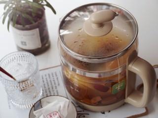 一款疏肝理气,适合春天喝的花茶~玫瑰苹果花茶,放入绿茶包浸泡五分钟左右即可取出茶包。