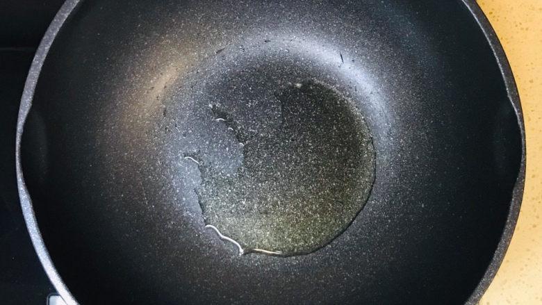 黑椒牛肉意面,起油锅,加油烧热