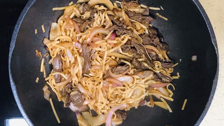 黑椒牛肉意面,翻拌均匀,就可以关火起锅了