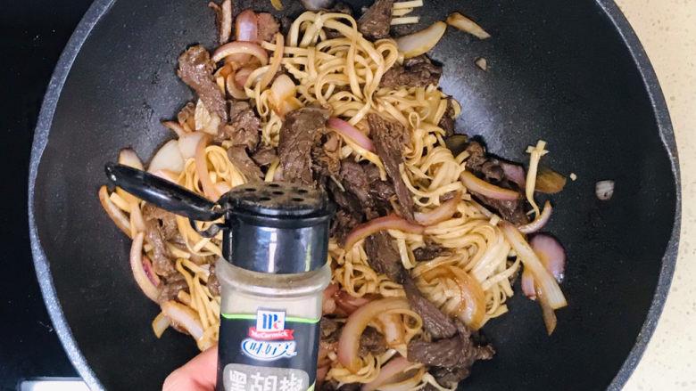 黑椒牛肉意面,再撒入少许黑胡椒