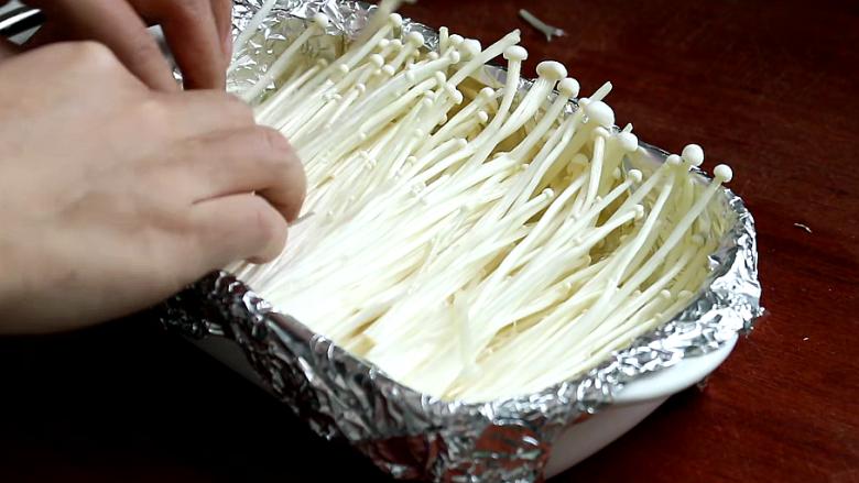 锡纸金针菇,金针菇顺着一个方向摆放在铺好锡纸的烤盘中