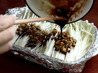 锡纸金针菇,倒在金针菇上,上面摆一些小米椒碎