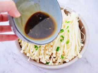 锡纸金针菇,淋入酱汁