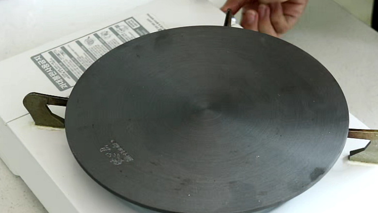 锡纸金针菇,没有烤箱的做法:炉子上放导热盘,小火加热至熟透