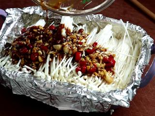 锡纸金针菇,锡纸上倒入酱料