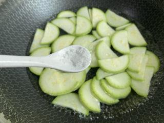 凉拌西葫芦,加入少许盐和食用油,焯烫两分钟