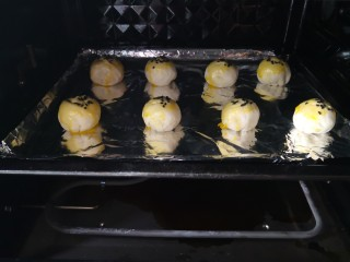 紫薯酥,放进预热好的烤箱,上下火180度烤15分钟