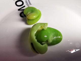 雪菜炒蚕豆,里面还很绿
