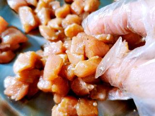 雪菜炒蚕豆,生抽,糖,料酒抓腌猪肉