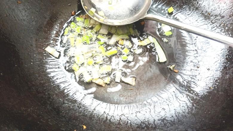 西葫芦炒鸡蛋,起锅烧油放入葱花爆香